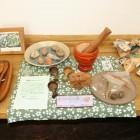 こだわりパンのほかに、南信州の陶芸作家のお皿や手ぬぐいなども展示販売しております。とちの木のテーブルは、自然の象徴です。