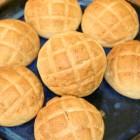 メロンパン 自然の甘さでもっちりとした弾力ある食感をお楽しみください。ココアメロンパンは月に 3回しか焼かない秘密の一品です。