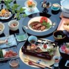 和風個室宴席での会席料理 季節折々の山の幸をお楽しみ下さい。地元の食材を生かした和洋折衷の手作り料理。食事は個室にてどうぞ。