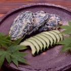 しま瓜粕漬 北南信州伊那谷で粕漬用に栽培されたしま瓜の種を1つ1つ丁寧に抜いています。地元の銘酒喜久水の酒粕を1年間熟成させ漬け上げました。新瓜の色鮮やかな粕漬です。