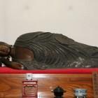 【釈迦涅槃木像】 (しゃかねはんもくぞう)お釈迦様が亡くなられた時の御姿を表したのがこの像です。木彫のこのような涅槃像は全国でも珍しいのですが、当山には二体あり一体は文化財の指定を受けています。