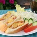 ベーコンエッグサンド [¥700] カリッ。フワッ。ジュワー!!が、やみつきになります。小腹がすいたら、ぜひ味わってみたらいかがでしょうか?