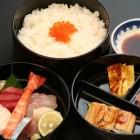 三段ちらし ¥2,100 穴子好きの大将のこだわりで、穴子だけは江戸前(東京湾でとれたもの)です。築地の業者から直送してもらった穴子は、身が柔らかくてとても美味しいですよ。