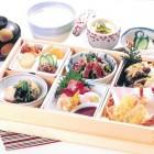 松花堂御膳 (2,200円税別)彩りよく美味しい和食があれこれ楽しめます。このほか、お食事メニューも充実。ご家族でどうぞ。