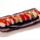 レインボーロール(1,500円税別)沢山の魚介やアボカドを使った変わり寿司は当店の一番人気。 お持ち帰りも好評です。