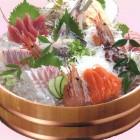 大漁盛り4~5人前 (5,000円税別)旬の魚介の刺身で各地の銘酒や焼酎をお楽しみください。カクテルも充実しています。
