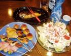 料理メニュー ¥300〜 一品料理、お寿司、おつまみからデザートまで約70種類とメニューも充実!【写真】串焼き(手前左/1本¥150〜) シーザーサラダ(右/¥550)