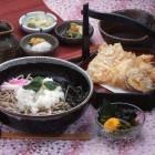 わさび菜そば(天ぷら付) ¥1,780税別 下條村親田のからみ大根を薬味に使用し、そば本来の甘味と大根のからさが絡み合って絶妙な味をかもし出しています。