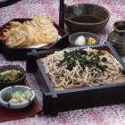 ざる わさび菜そば(天ぷら付) ¥1,780税別 信州の名水が育む香り高いわさび菜とそば本来の深い香りが絶妙に絡み合う贅沢で上品な味わいを楽しめます。