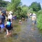 【かわらんべ講座】 毎年夏休み中には親子で川遊びを楽しむ講座も開催します。救命胴衣を着て川の流れに浮かんだり、水中眼鏡で魚を探したり、川と親しみ川の環境を知るキッカケを提供します。