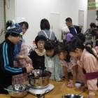 【かわらんべ講座】 周辺でとれる草花を利用した料理の講座も人気があります。桑の実ジャム、七草がゆ、草もち作りなど、親子で楽しめます。