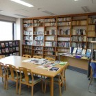 【図書館】 1階に児童向けの図書室、2階に河川図書室があります。どちらも川のことに関する図書や資料は豊富です。