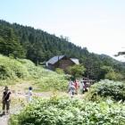 奥は萬岳荘。ハイキング開始