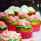 バタークリームで作った花を飾ったカップケーキ。フラワーケーキも増やしていきたいと考えています。