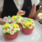 フラワーカップケーキのバースデーケーキ。