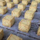 最近人気のカレークッキーです。  ローストしたココナツとカレーが良く合います。 チーズクッキーもあります。