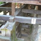 南側3分の1を崖上に突出した懸造りの書院は全国的にも珍しいです。清水寺と同じ「くさび止め」です。