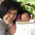 産後5日目です。お母さんの表情が赤ちゃんも周りもホットさせてくれました。赤ちゃんも安心して寝ていますね。