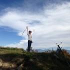 1,470mの小八郎岳頂上に到着!とんぼが青空を気持ち良さそうに飛んでいた。