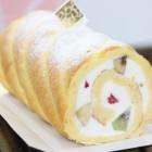 月ごと違うロールケーキスプリングロール 1,000円 当店の人気商品です。色々な果物を巻き込んだロールケーキです。