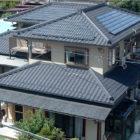 山口邸太陽光 (京セラ太陽光システム)太陽光発電とは?太陽の光エネルギーをが屋根の上などに設置された太陽電池モジュールに当たることで電気を生み出すシステム。この電気エネルギーを実際に家庭で使用できる電力に変換します。余った電気は電力会社が買い取ってくれます。