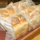 食パン 無添加・ 防腐剤なしの食パンです。全粒粉は、繊維質が多く脂肪を吸収してくれるといわれております。 1日12斤限定です。