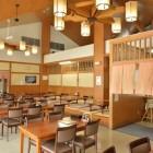 郷土料理あじわい処 「レストラン ひまわり亭」平谷ならではの食材を使った、こだわりの郷土料理レストラン。旬の山菜の天ぷらがオススメです。 馬刺しに岩魚の塩焼き、季節には山菜の天麩羅がセットになった「ひまわり定食」が人気。